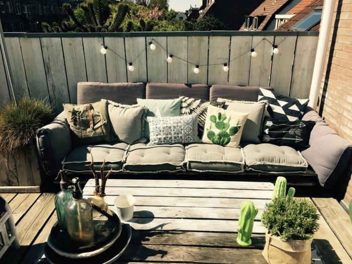 aménager son jardin petit espace grandes possibilités avec canapé tapissé en couleur prune