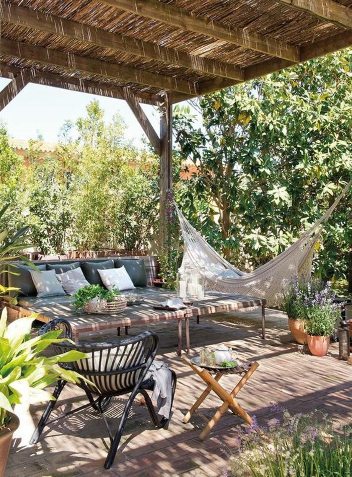 aménager un petit jardin avec des chaises et des tabourets sous une pergola