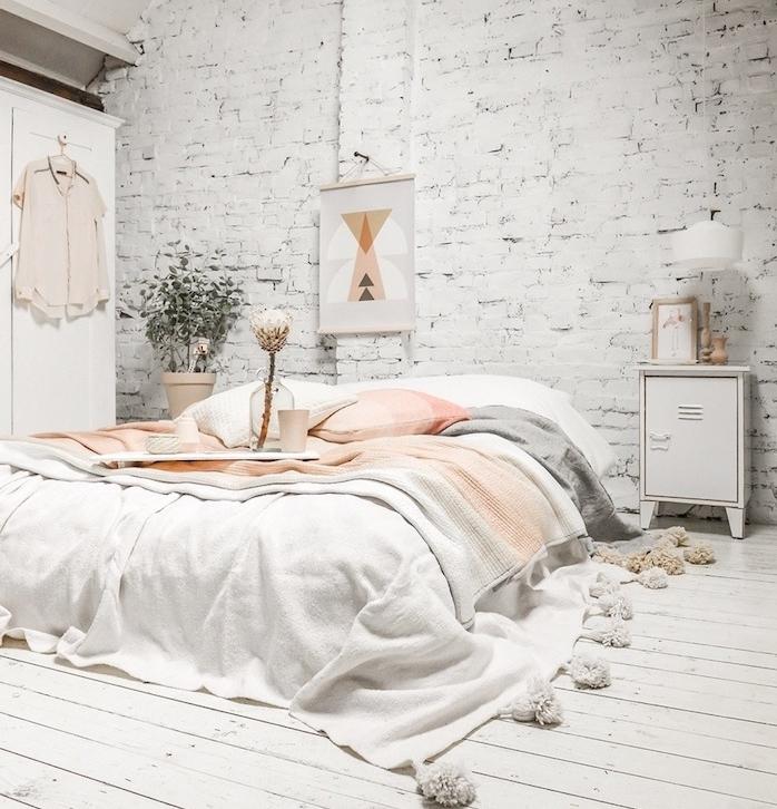idée déco chambre cocooning, mur en briques blanchies, parquet clair, linge de lit rose, corail, gris, blanc, armoire blanche