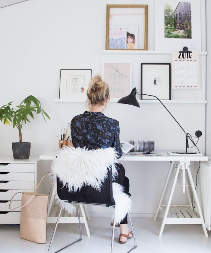 deco cocooning dans un coin travail, bureau blanc, chaise noire avec jeté blanc, decoration murale de photos et dessins