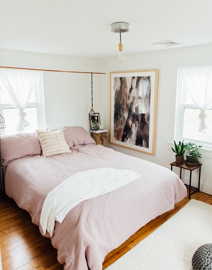 deco esprit scandinave, chambre rose et gris, linge de lit rose, parquet clair, mur couleur blanche et peinture abstraite