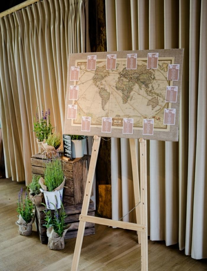 exemple de plan de table mariage original avec carte du monde vintage sur un chevalet et listes invités, idee deco mariage cagettes en bois brut et pots de lavande
