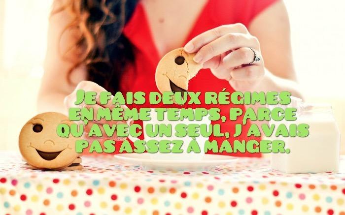 blague courte, photo petit déjeuner avec cookies et tasse de café, phrase drole sur photo multicolore