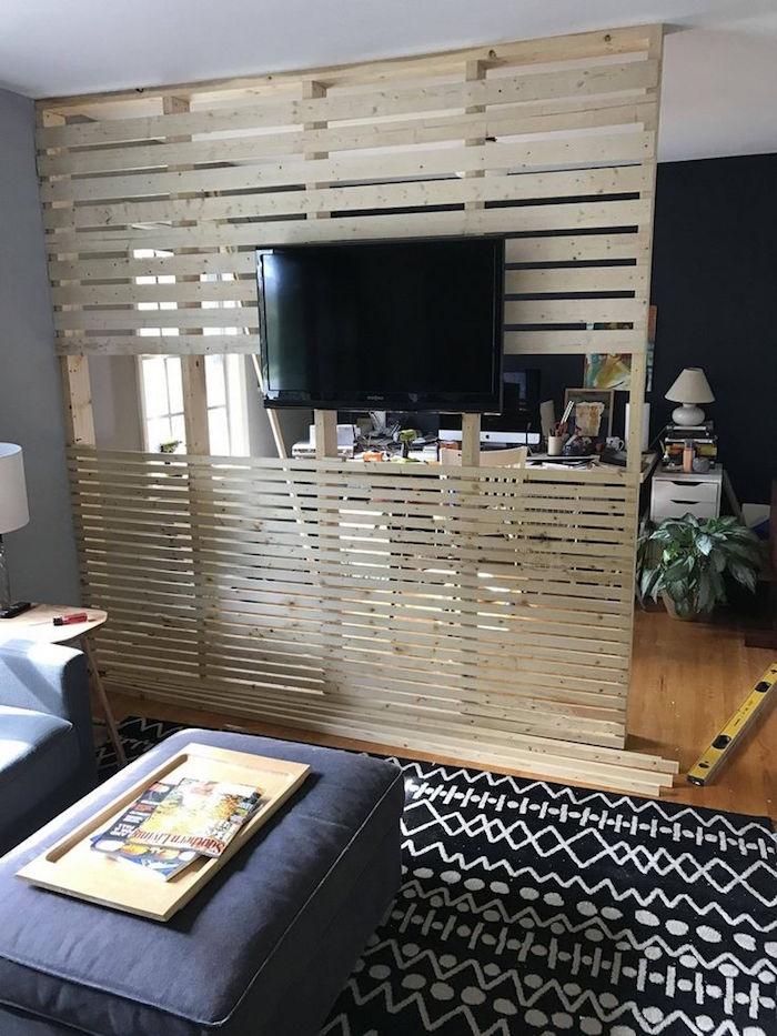 meuble de séparation en planches de bois diy et support tv