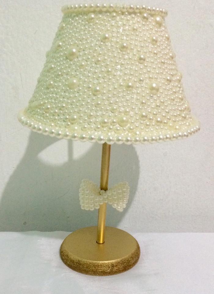 deco a faire soi meme, lampe avec pied doré et décoration en perles blanches