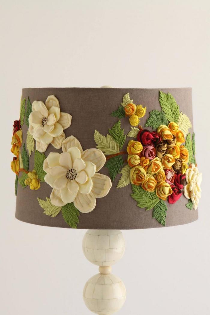 lampe a poser, objet décoratif en tissu taupe avec décoration florale, activité manuelle pour fabriquer une lampe