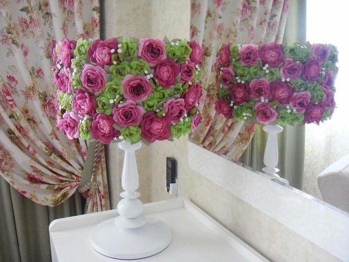 activité manuelle, bureau en bois peint en blanc, papier peint en beige, rideaux longs à motifs roses