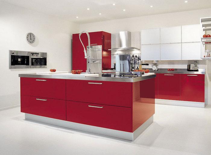 modele de façade cuisine et îlot central couleur framboise, plan de travail inox, mur et sol blancs, aspirateur inox