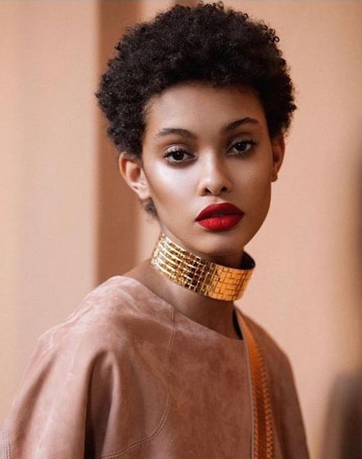 photo femme noire avec coiffure afro courte simple