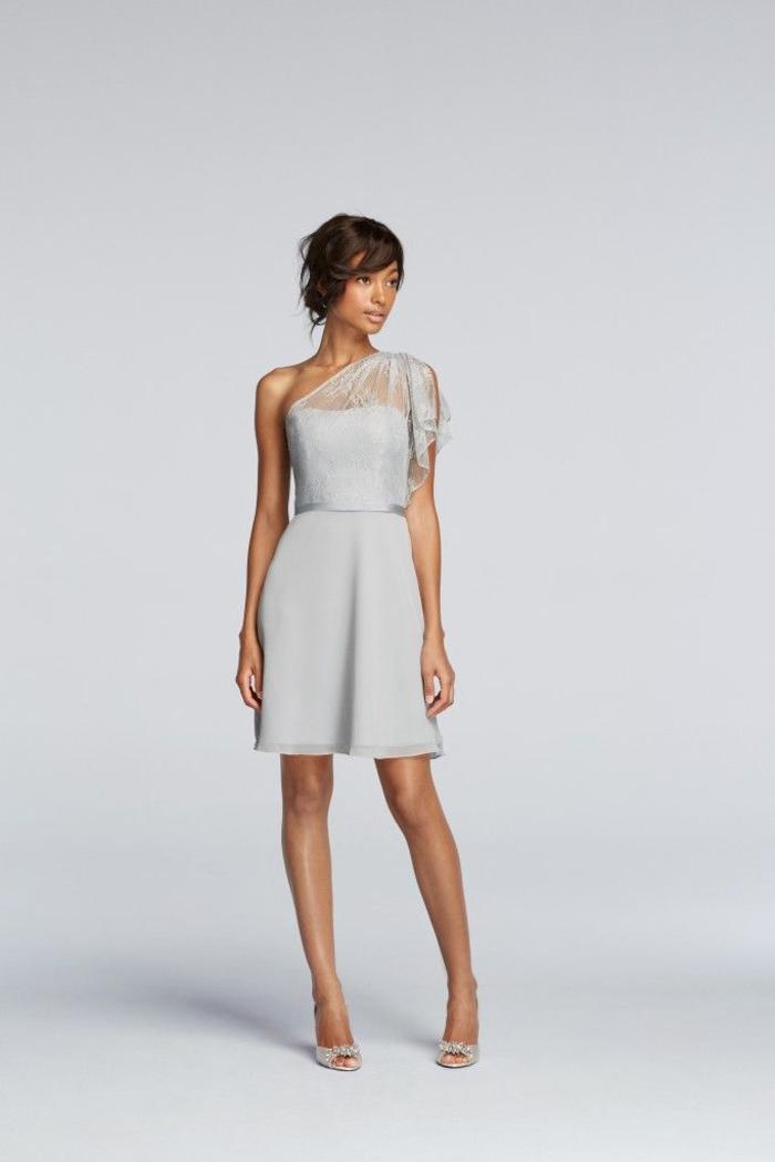 une petite robe de cérémonie grise à épaule asymétrique et ceinture en satin