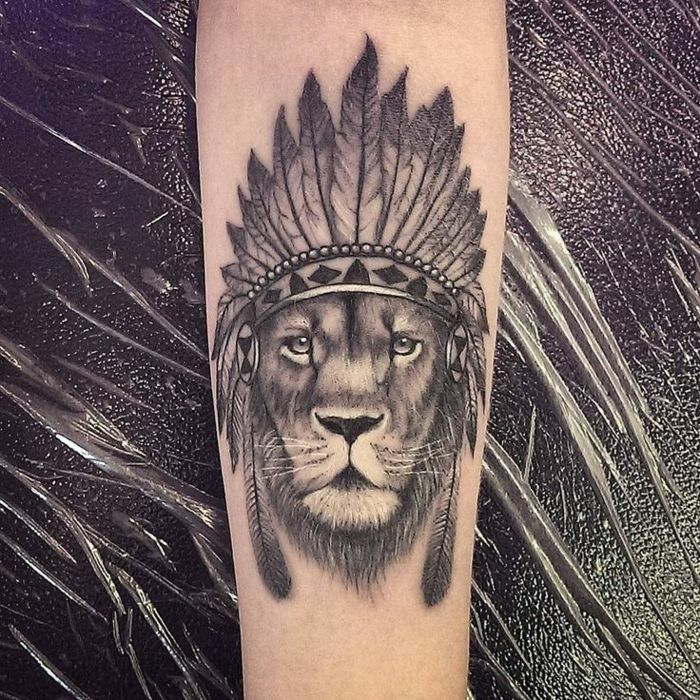 Image tatouages lion bras ou épaule tatouage signe lion tribal lion avec chapeau indien