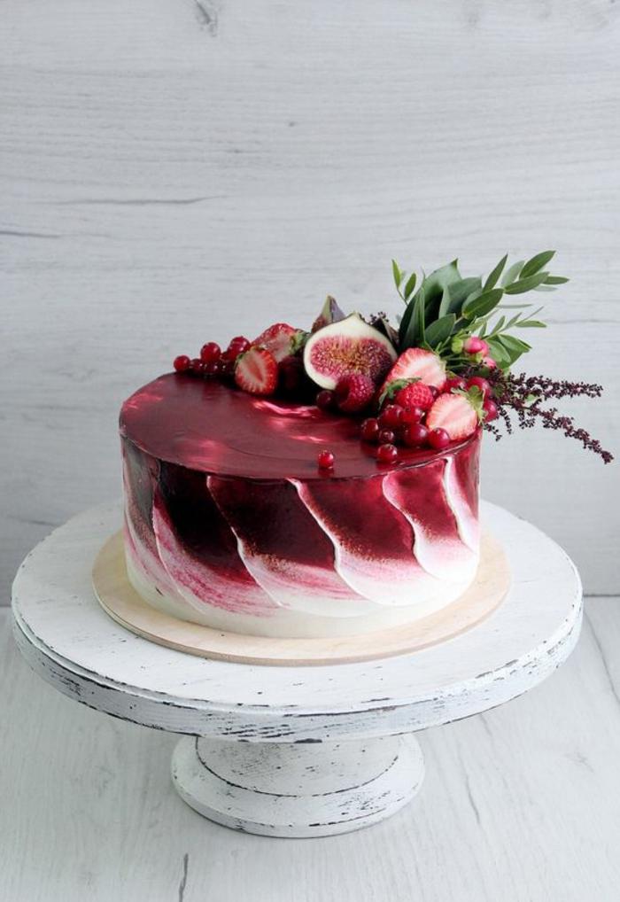 gateau anniversaire en rouge et blanc appétissants avec des figues et des mirtilles