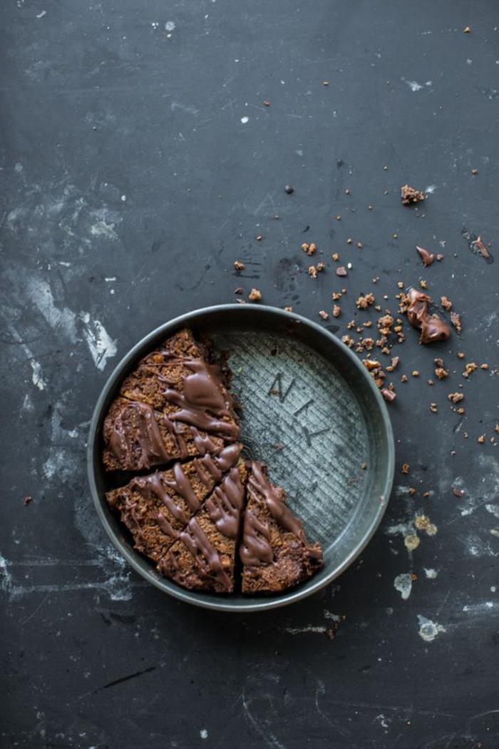 un gâteau brownie à la farine de marrons et aux morceaux de barre chocolatée mars, idées gourmandes que faire avec des chataignes