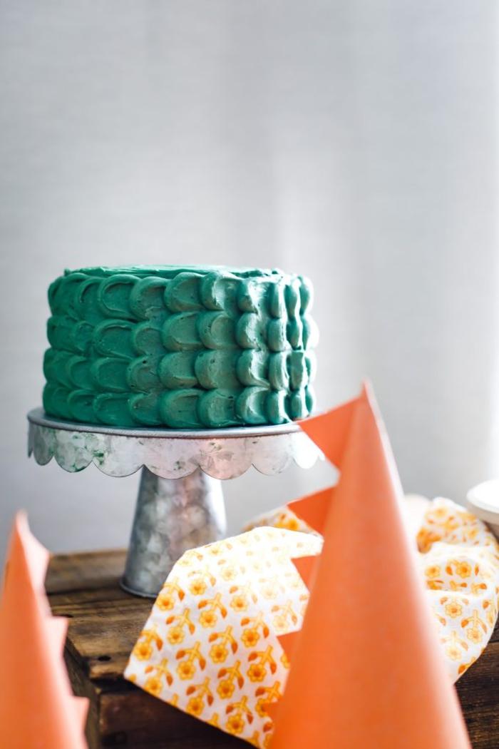 joli gateau anniversaire garçon décoré de pétales vertes, recette de gâteau enfant aux bananes