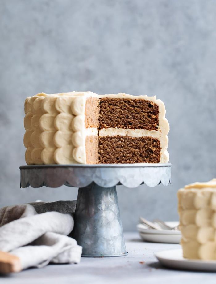 recette de smash cake aux bananes, un gâteau anniversaire enfant sans sucre au glaçage fromage à l'érable
