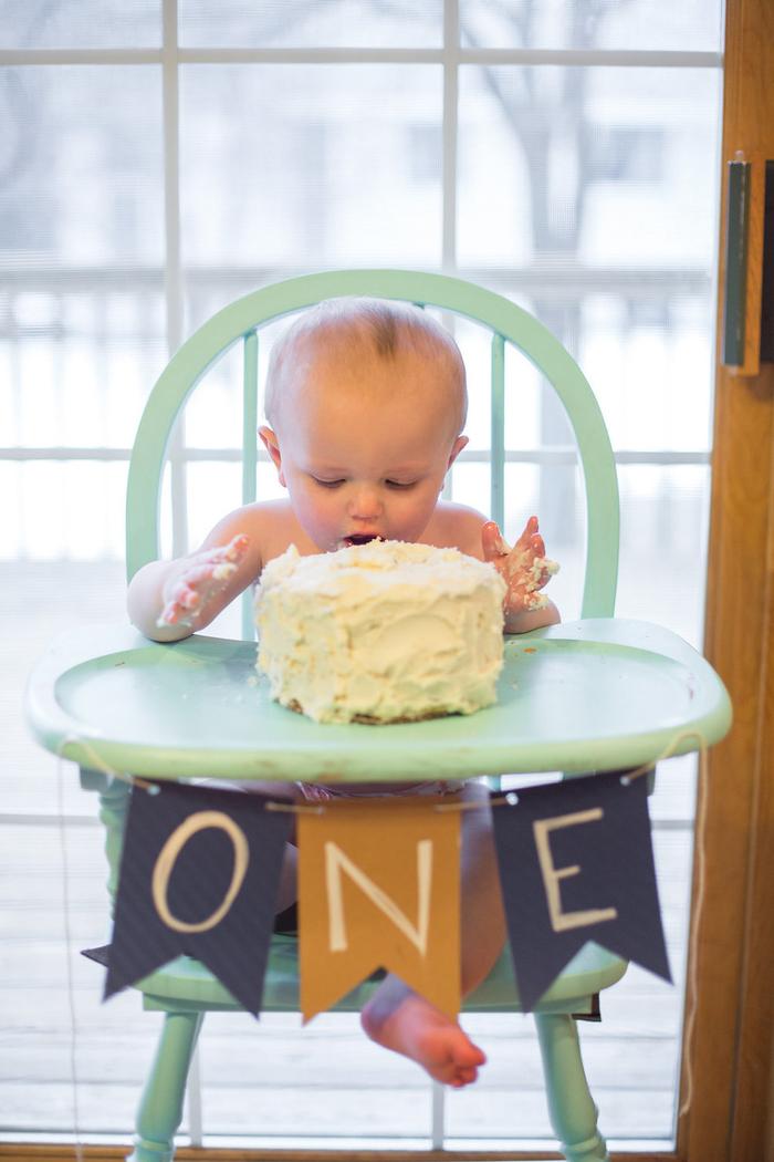 un smash cake au glaçage crème au beurre pour une séance photo originale avec le bébé