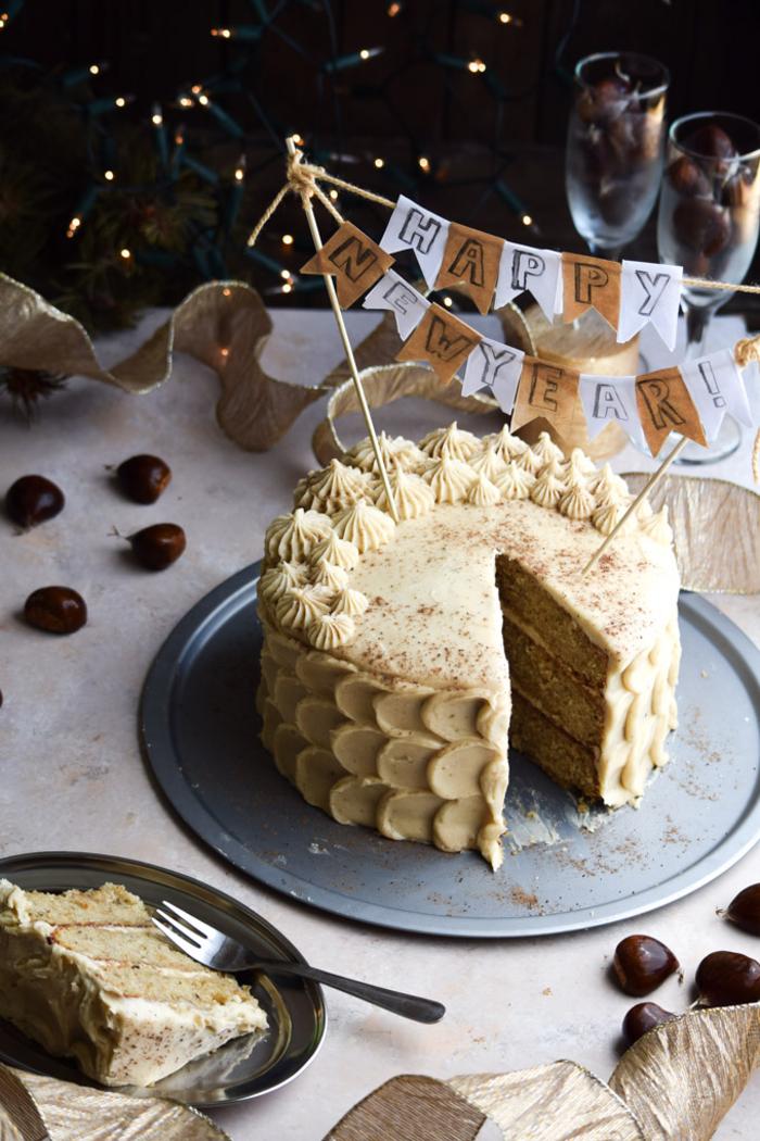 un gâteau d'anniversaire original à la farine de marron maison avec glaçage au lait de poule, recette avec des chataigne pour vos gâteaux maison