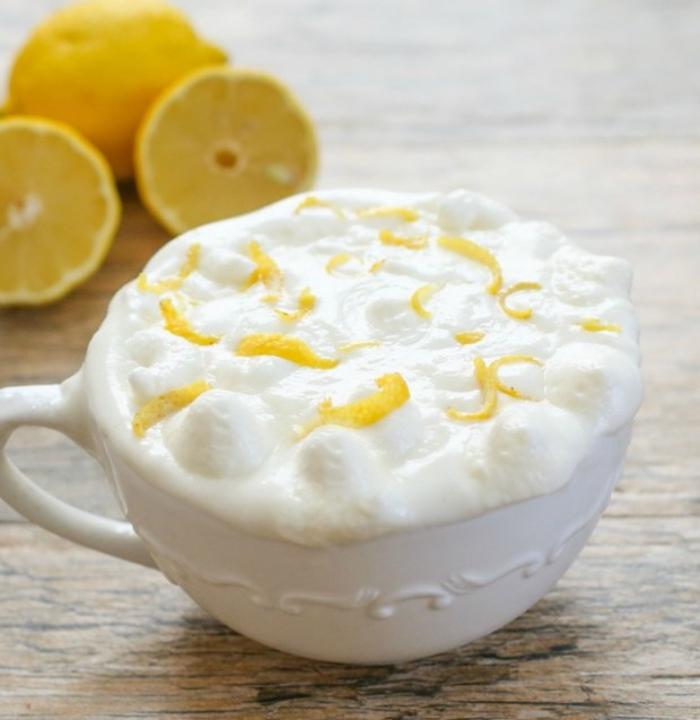 recette de dessert léger façon mug cake vanille et citron, un mini-gâteau nuage au citron au glaçage de crème fouettée et zeste de citron