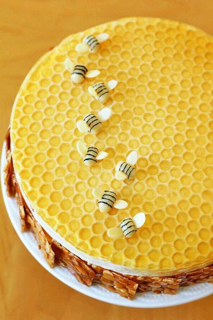 gateau anniversaire facile de forme ronde avec des abeilles en chocolat blanc et une ruche caramelisée