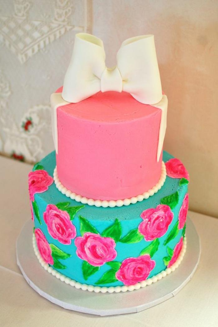 gateau anniversaire fille coquet avec des roses et des bonbons blancs qui imitent des perles
