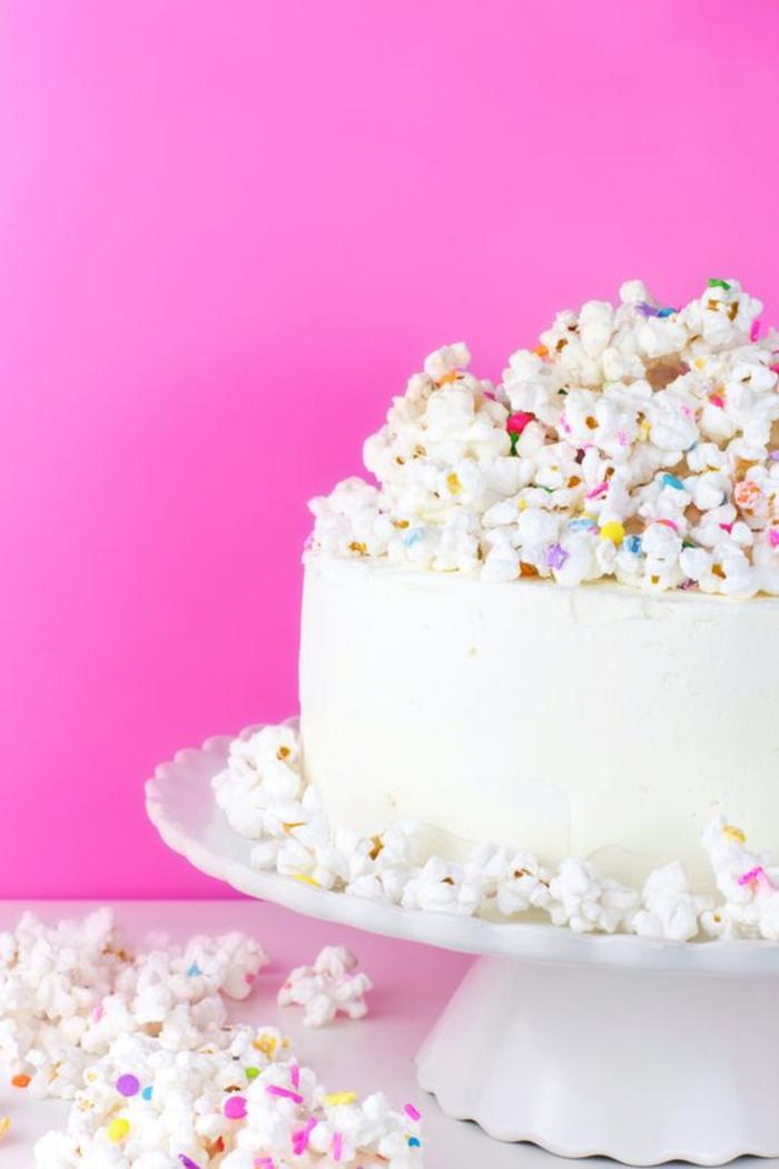 recette gateau d'anniversaire au popcorn coloré tout blanc et bien monté