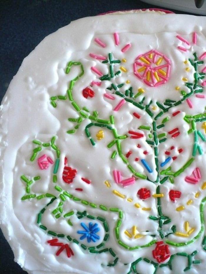 gateau d'anniversaire avec la déco en fleurs en couleurs vives avec des perles alimentaires