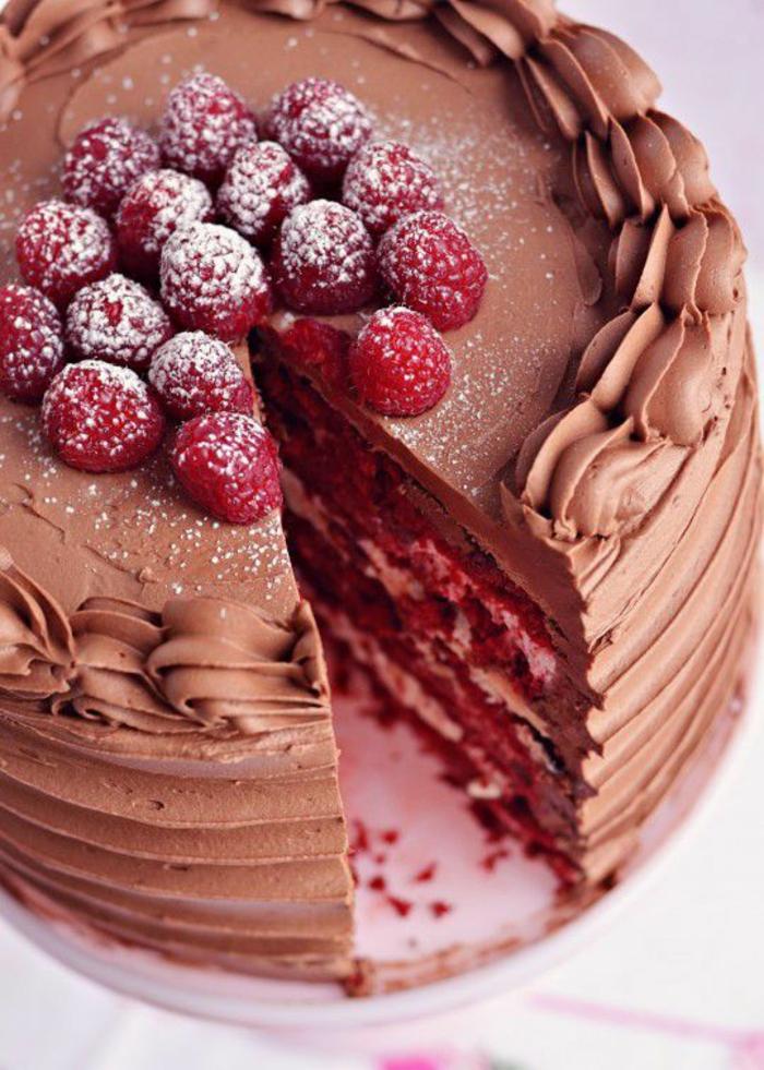 gateau chocolat et framboises saupoudrées de sucre glace avec du mascarpone