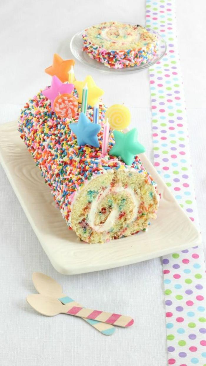 gateau d'anniversaire garçon avec des étoiles colorées en pate à sucre avec déco de sucre coloré