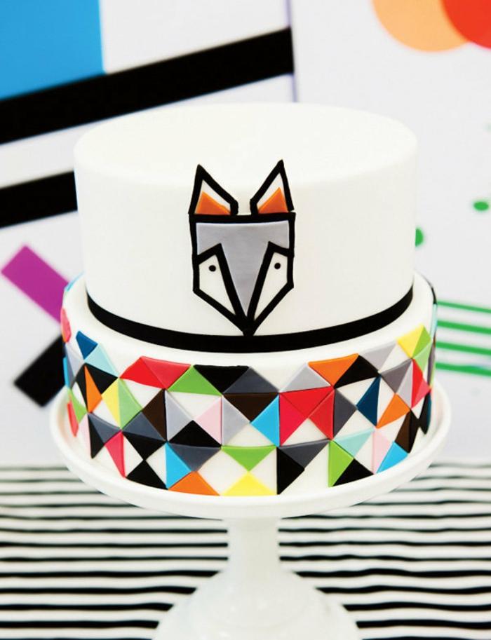 recette gateau anniversaire facile au motif renard souriant et déco avec des triangles colorés