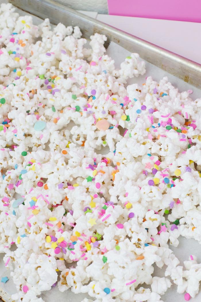 recette gateau d'anniversaire chocolat blanc et pop corn avec de la vanille aspect glacage brillant