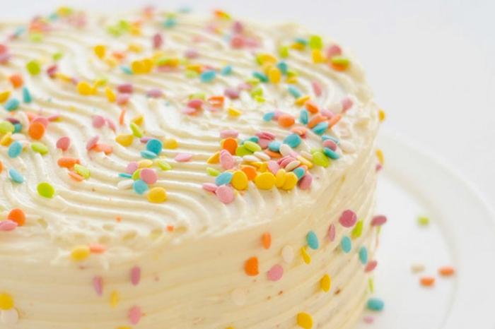 gâteau d'anniversaire décoré avec du sucre confetti a la vanille avec des effets dune a la surface