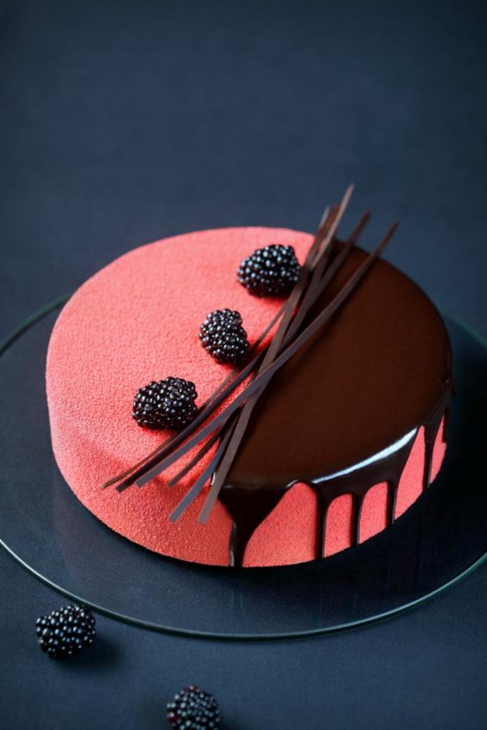 recette de gateau d anniversaire en pate de sucre rose avec des fruits de bois et du chocolat noir