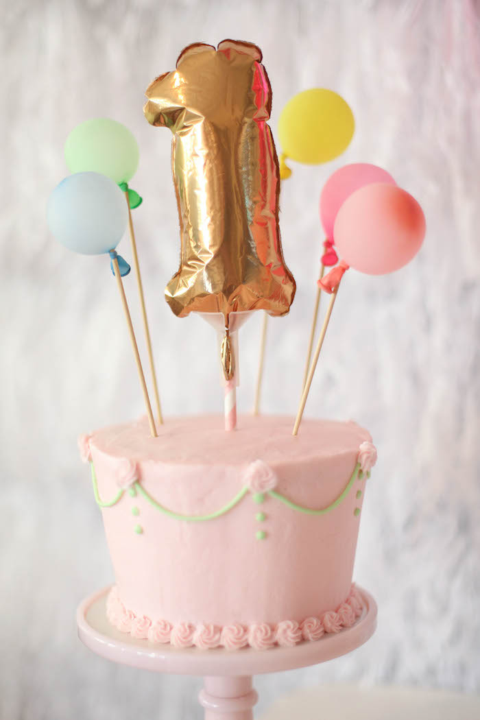 idée de décoration anniversaire originale en mini-ballons piqués dans un gâteau d'annivresaire