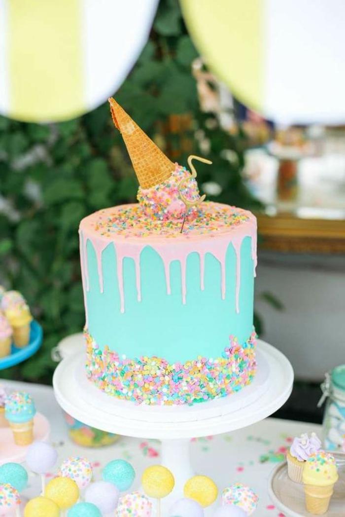 recette de gateau d'anniversaire avec une glace écrasée dessus et des confettis en couleurs pastels