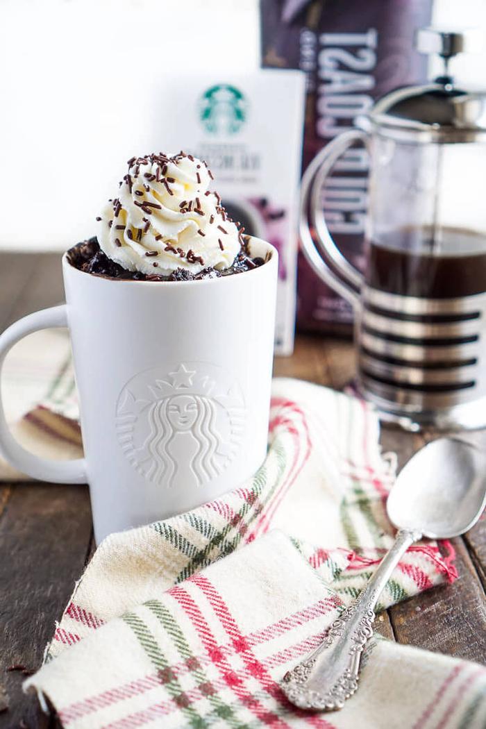 recette originale de fondant au chocolat dans une tasse starbucks aromatisé au café, garni de crème chantilly