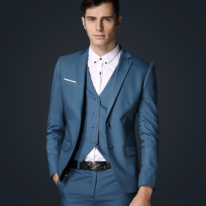 costume 3 pièces, coiffure homme avec frange sur le côté, gilet bleu et ceinture noire