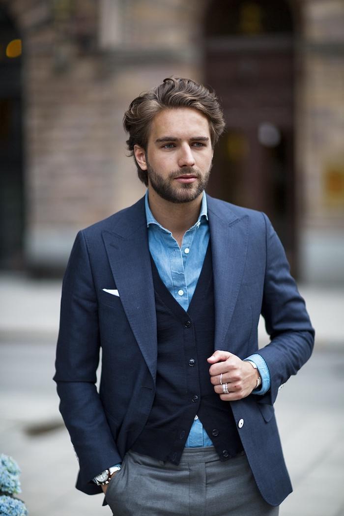 costume 3 pièces, blazer homme en bleu foncé, gilet noir sur chemise bleu