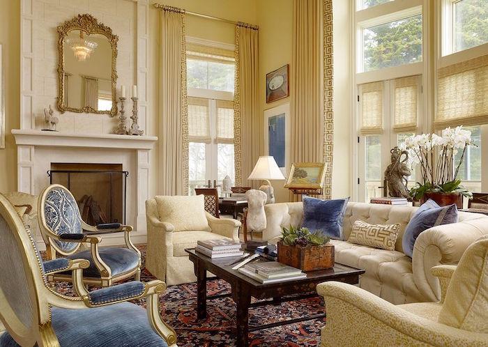 photo salon chateau bourgeois peinture beige et mobilier bleu
