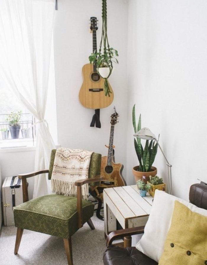 guitare recyclée et transformée en deco murale avec plusieurs plantes et meubles vintage pour une déco bohème chic, récup
