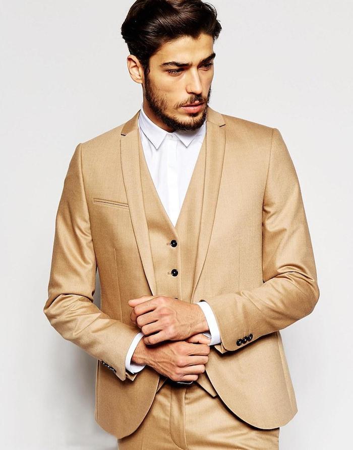 costume beige en 3 pièces avec chemise blanche, coupe de cheveux homme moderne