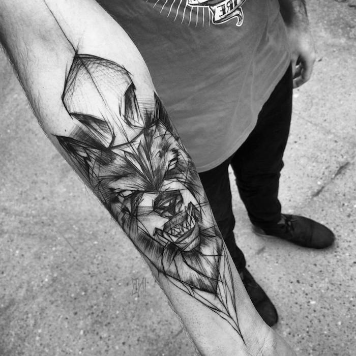 dessin tatouage, pantalon noir et t-shirt modèle homme, tatouage à motifs loup pour homme