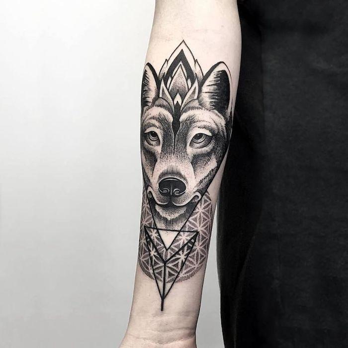 tatouage bras homme, art corporel à motif loup en lignes géométriques, dessin en encre sur le bras
