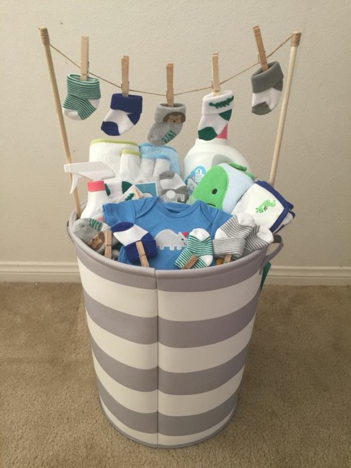 cadeau naissance personnalisé avec plein de vetements et de chaussettes en couleurs gaies