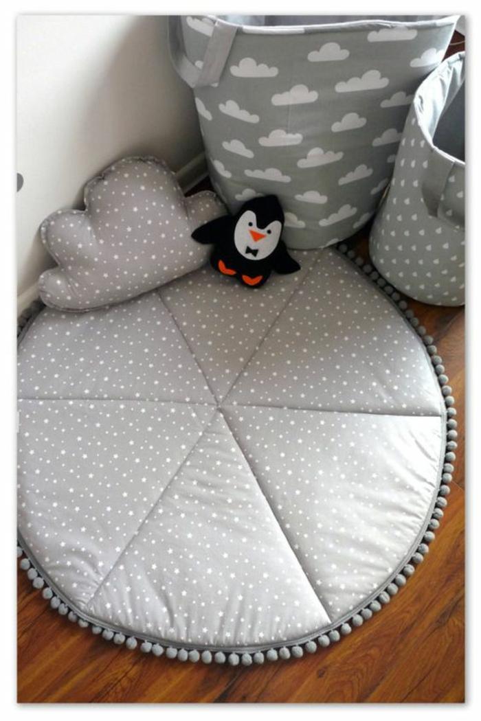 idee cadeau enfant un tapis pour jouer et pour ranger ses jouets avec un coussin en forme de nuage