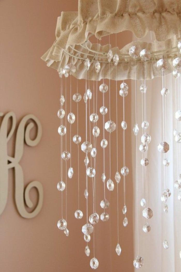 cadeau naissance original lampe aux décorations perles transparentes suspendues en fil ambiance féerique
