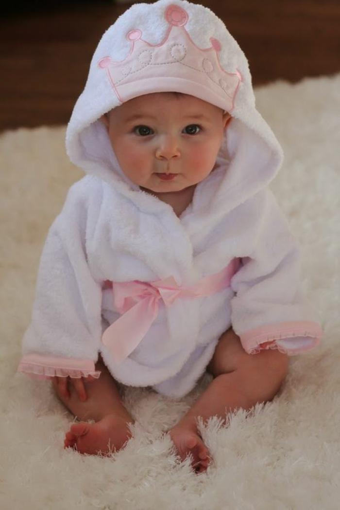 coffret naissance fille eignoir de bain princesse avec couronne en rose sur la capuche