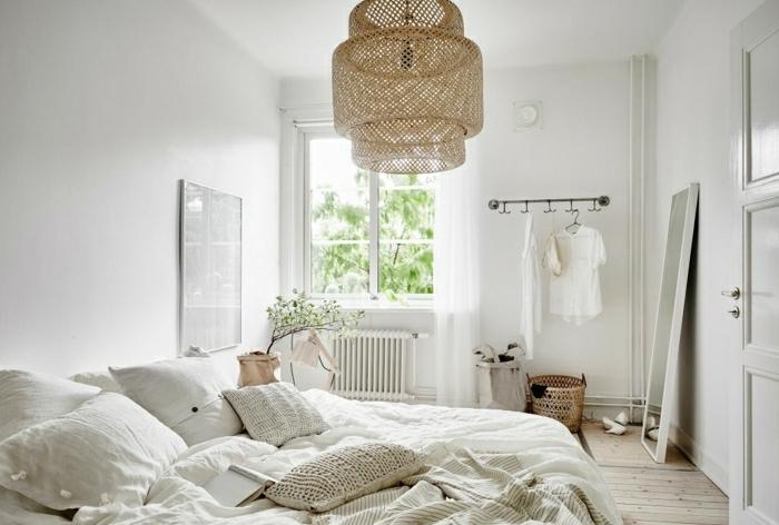 idée comment décorer une chambre scandinave, mur blanc, linge de lit blanc et beige, suspension beige, parquet bois clair, grand miroir