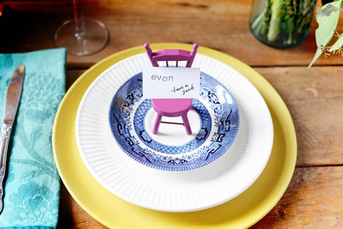 Nom table etiquettes avec la place porte menu mariage idée chaise miniature dans l assiette