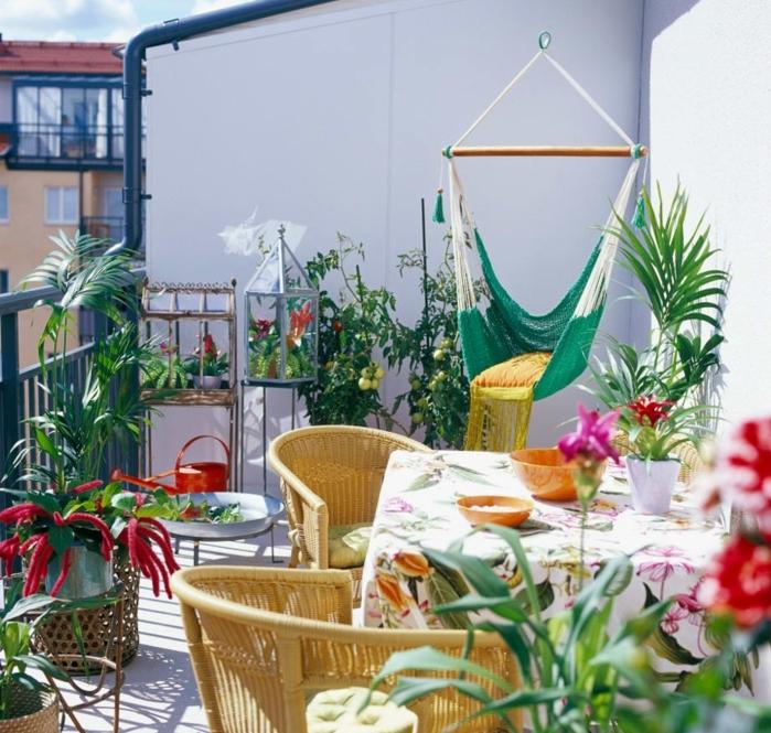 aménager une terrasse, balcon potager, table avec nappe colorée, chaises jaunes, balançoire chaise longue, revêtement en bois, terrasse colorée