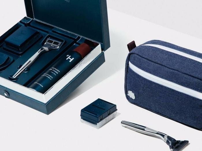 idée de kit de rasage bleu avec rasoir et produits soin barbe, idée cadeau classique pour la fete des papi